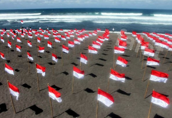 bendera-merah-putih-di-pantai